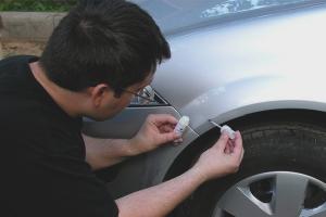 Cum să pictezi chips-uri pe mașină