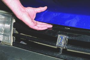 Cum să deschideți capota, dacă cablul a rupt