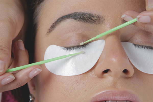 How to remove the extended eyelashes