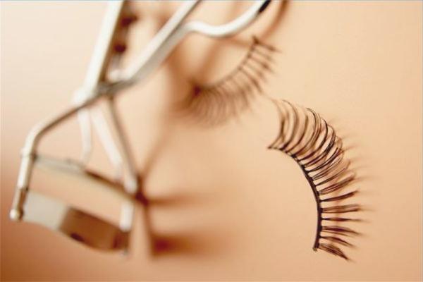 How to use false eyelashes
