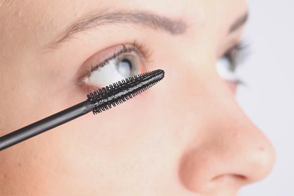 How to apply castor oil on eyelashes