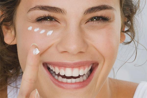 Πώς να υγράνετε το δέρμα γύρω από τα μάτια