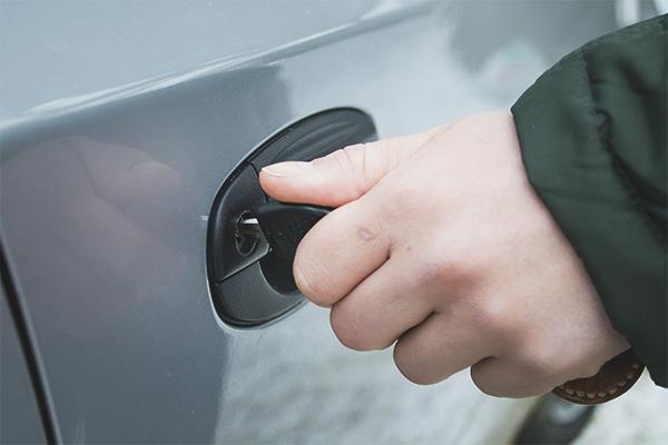 Comment ouvrir la voiture si la batterie est assise