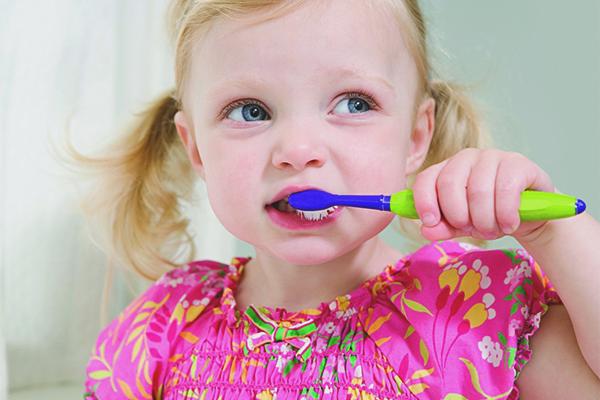 Come insegnare a un bambino a lavarsi i denti consigli
