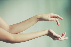 Comment se débarrasser des cheveux sur les mains