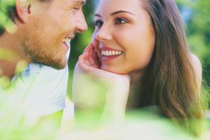Πώς να καταλάβετε ότι μια κοπέλα είναι ερωτευμένη μαζί σας