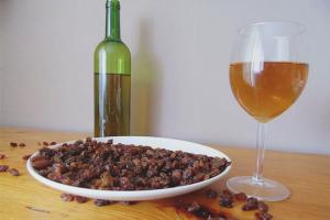 How to make wine from raisins
