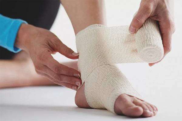 Cum se tratează o entorsă pe picior