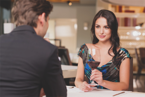 Πώς να συμπεριφέρεστε σε μια πρώτη ημερομηνία με έναν άνδρα