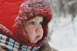 The child froze his cheeks