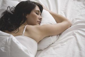 Puis-je dormir sur le ventre après l'accouchement
