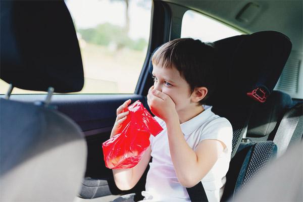 Copilul este înclinat în mașină
