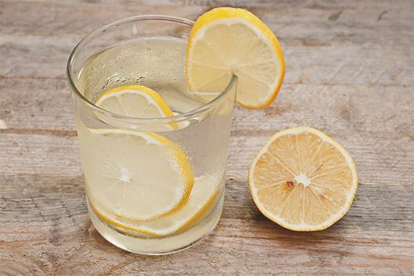 Apa cu lamaie pentru stomac